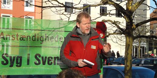 Christian Juhl holder tale på Anstændighedens Plads i Svendborg